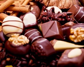 молочные и белые шоколадные конфеты с орешками и глазурью