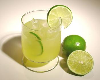 сок лайма в стакане со льдом, дольки лайма