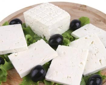 кусочки сыра фета с маслинами и зеленью