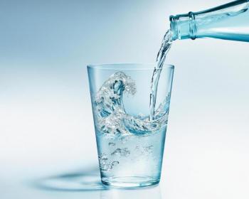 минеральная вода вливается в сакан