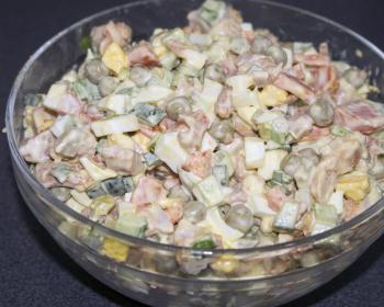 салатница с салатом Оливье с копченой курицей