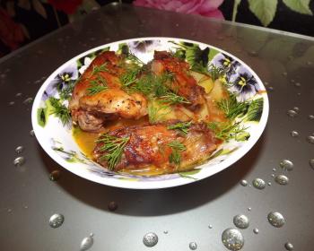 порция чахохбили из курицы с картошкой, посыпанная измельченной свежей зеленью