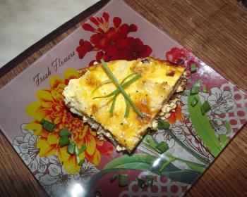кусочек запеканки из цветной капусты с сыром и яйцом, запеченной в духовке