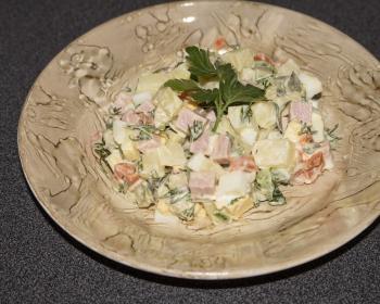 порция диетического оливье в тарелке