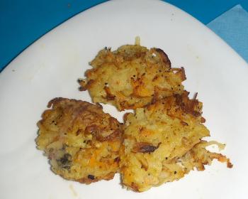 три картофельных драника без муки в белой тарелке