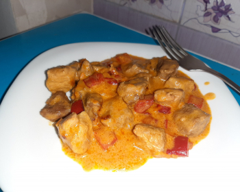 порция гуляша из говядины в тарелке на кухонном столе