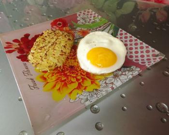 хашбраун в тарелке с яичницей