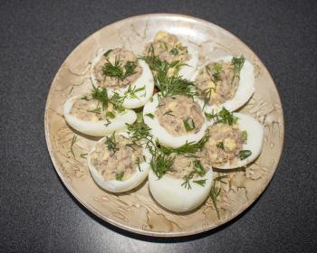 яйца, фаршированные тунцом, украшенные укропом