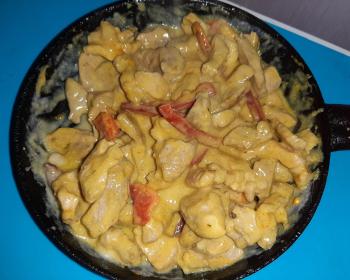 мясо по-тайски с болгарским перцем в сковороде
