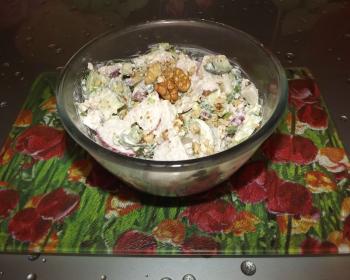 стеклянная миска с овощным салатом Окрошка на кухонном столе