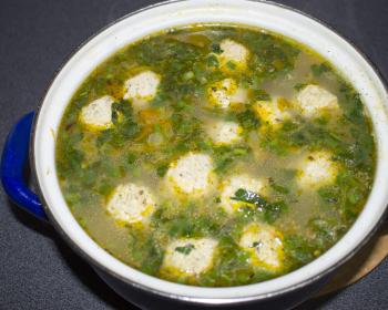 кастрюля с супом с фрикадельками и вермишелью