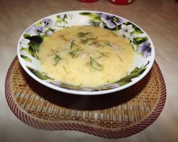 тарелка с сырным супом с фрикадельками на столе