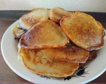 банановые оладьи в тарелке