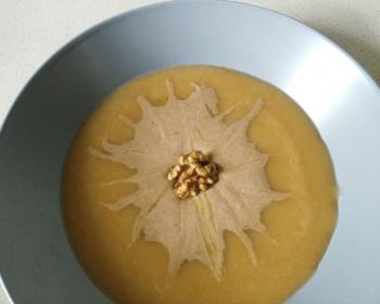 абрикосовая каша с урбечем из семян льна, украшенная грецким орешком