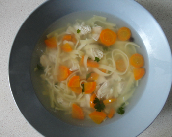 суп-лапша с куриным филе в тарелке