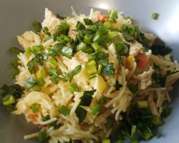 макароны с фаршем и овощами, посыпанные зеленью