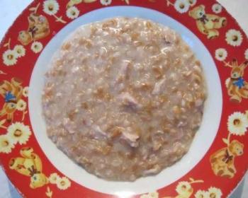 армянская каша ариса из пшеничной муки с курицей в тарелке на столе