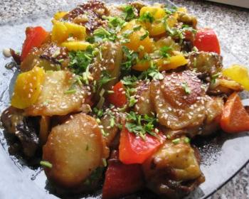 баклажаны по-китайски с овощами и зеленью на тарелке