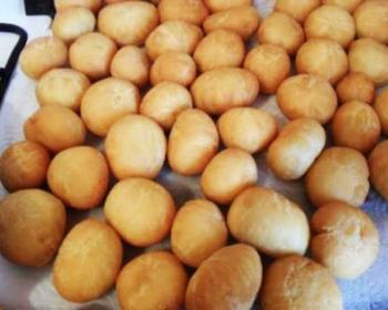 золотистые шарики баурсаки, приготовленные на молоке
