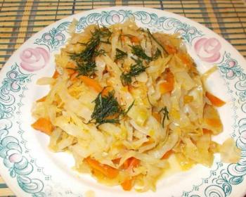 бигус со свининой и капустой, сверху украшенный зеленью, на белой тарелке с узором