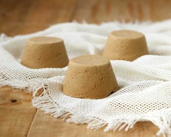 три порции брюноста на белой салфетке на столе