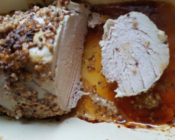 запеченная разрезанная буженина из индейки в горчичном соусе в подливе