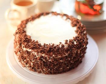 черемуховый торт с кремом, посыпанный шоколадом