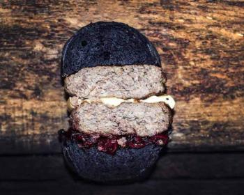 черный бургер с мясной котлетой и сыром