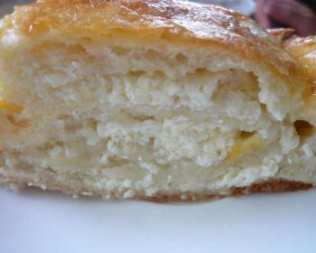 кусочек творожного пирога из дрожжевого теста