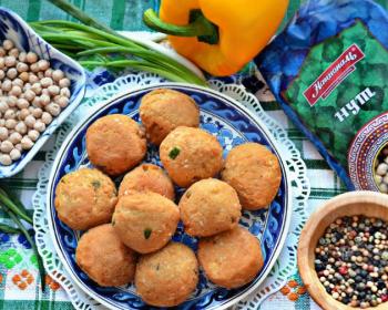 шарики фалафель из нута со специями на тарелке, рядом лежит большой желтый болгарский перец, нут в пиале и в пакете, смесь из перцев горошком