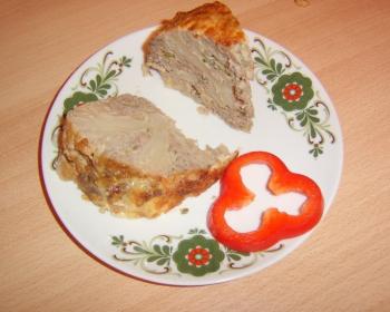 кусочки фаршированной цветной капусты с колечком красного сладкого перца на белой плоской тарелке на столе