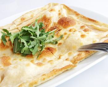 итальянская фокачча с зеленью на тарелке