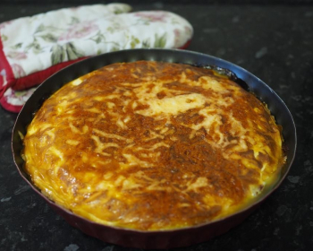 запеченный луковый пирог в форме для выпекания на столе