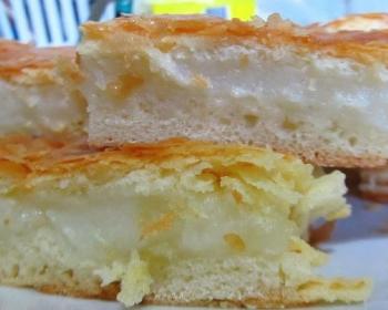 разрезанный слоеный фытыр с кремом на белой тарелке