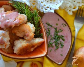 габаджоу в мисочке с веточкой свежего укропа, мисочка с соусом, репчатый лук, вилка на столе, застеленном желтой скатертью