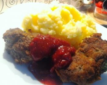 жареная говяжья печень в кляре с картофельным пюре и красным соусом на белой тарелке