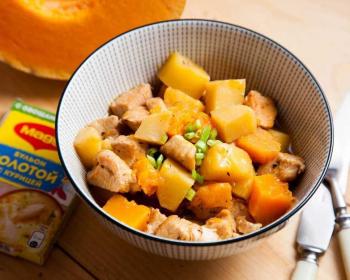 гуляш из филе индейки с кубиками картофеля и тыквы в тарелке