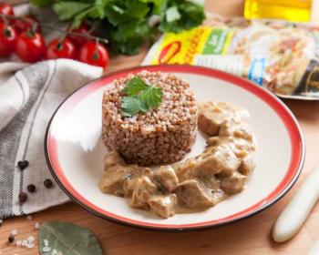 тарелка с гуляшом из телятины и гарниром из отварной гречки