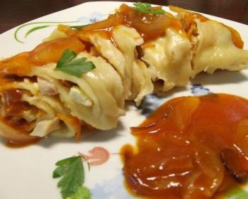 ханум, приготовленный в мультиварке, поданый на тарелке с соусом