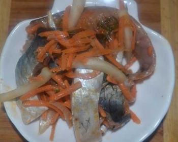 хе из селедки с морковью на тарелке