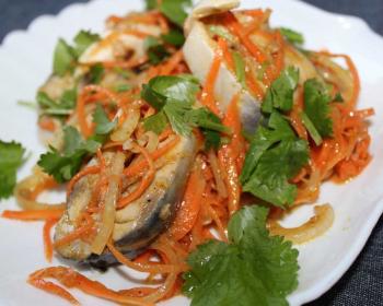 хе из скумбрии с морковью и листочками свежей петрушки