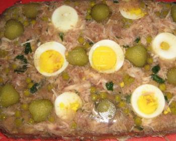 холодец в скороварке, украшенный варенными яйцами и горошком