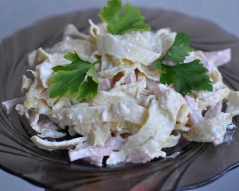 салат с блинами в тарелке