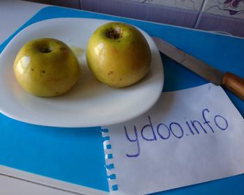 два запеченных яблока на тарелке на столе
