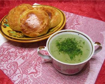 элеш с курицей и картошкой на расписной тарелке на розовой салфетке, рядом стоит чашка с бульоном