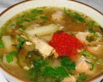 калья в тарелке с картофелем, солеными огурцами, лососем, красной икрой и свежей зеленью
