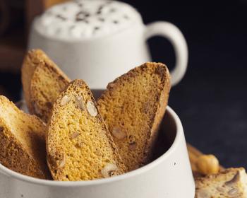 итальянское печенье кантуччи с орехами в белой глубокой миске