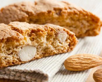 разрезанное печенье кантучини с миндальными орехами