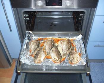 запеченные караси в целом виде на противне, застеленном фольгой, в духовке