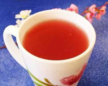 кисель из замороженных ягод в кружке на столе, застеленном скатертью